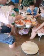 青岛一家人坐积水中淡定吃大餐,积水过膝最淡定的一