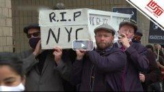 纽约民众抬棺到州长办公室,要求餐馆扩大开放