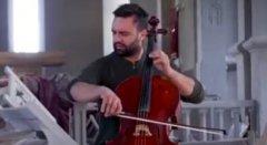 亚美尼亚提琴手废墟中独自演奏,不是因为它的歌多好